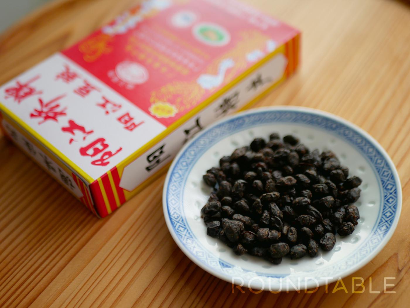 写真は広東省の陽光豆豉(阳光豆豉)。少々の酸味と、深いコクを感じさせる香り。四川省の永川豆豉は一般的にこれより大粒となる。
