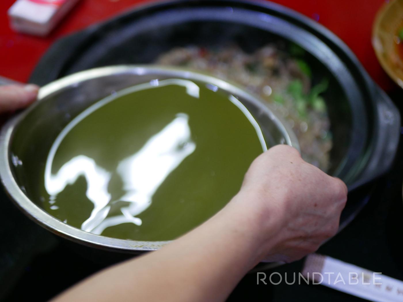 鍋汁が緑だ。皆、ここで「加湯(ジャータン=スープを加えてください)」という単語を覚えた。料理用語は現場で覚えるのが一番。