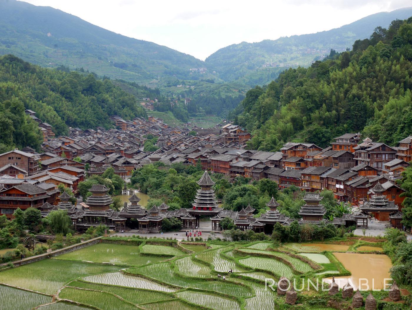 中国最大の侗族の集落・肇興村を高台より望む。