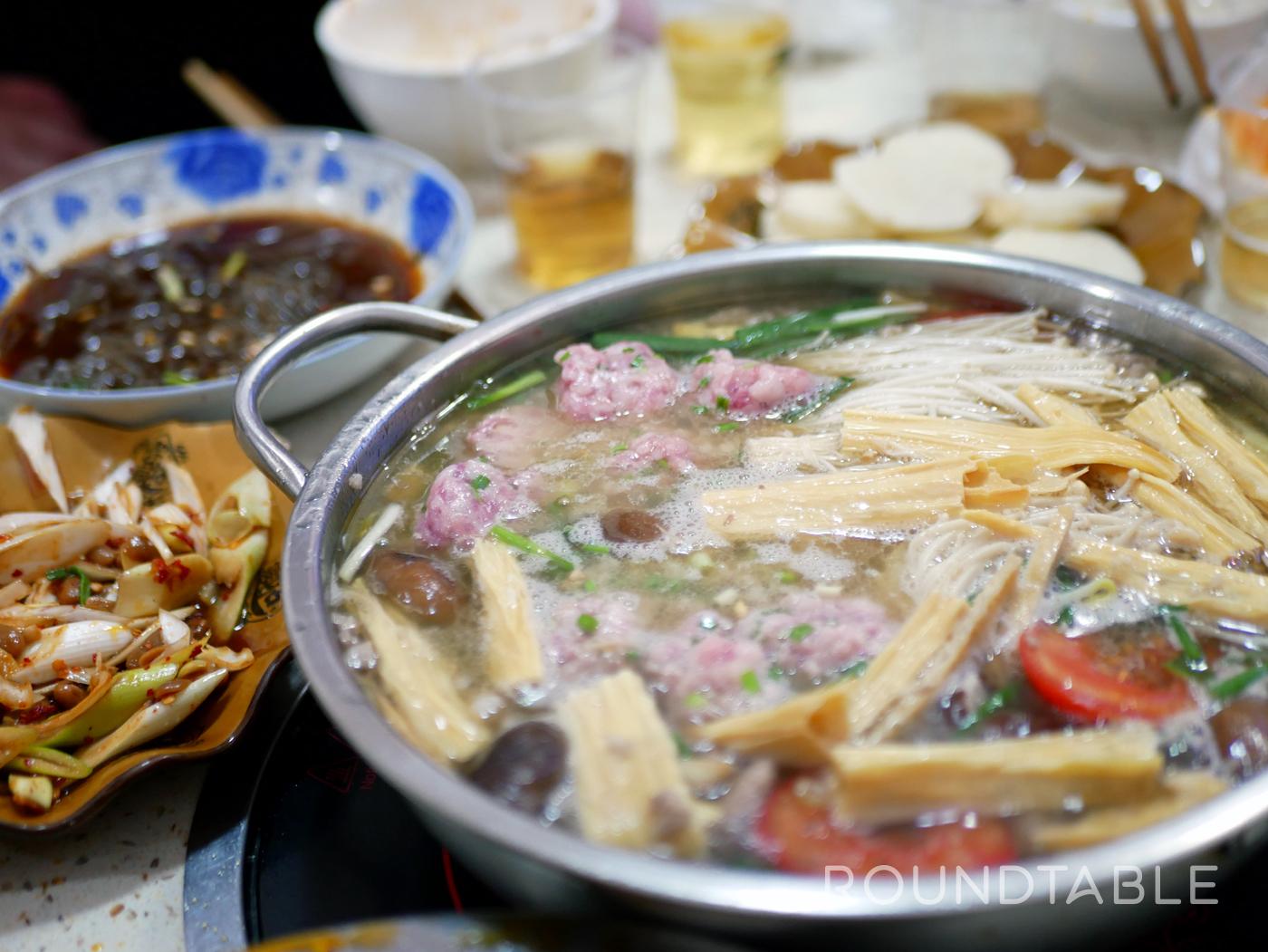 貴州料理の豆米火鍋。